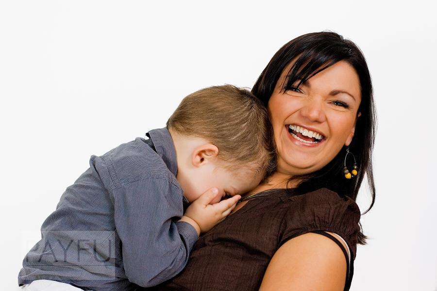 parent enfant garçon timide sourire