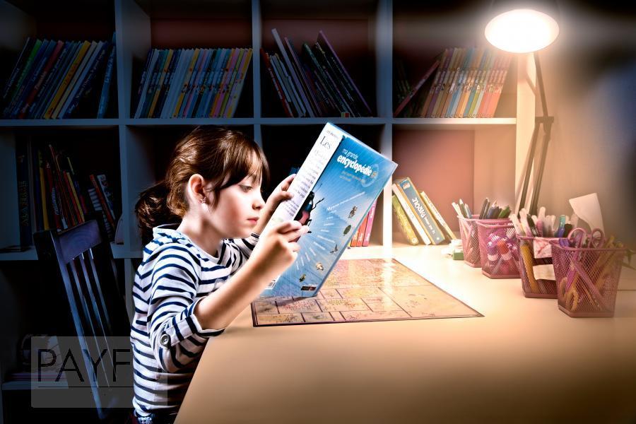 fille enfant lecture encyclopédie lilia bureau bibliothèque