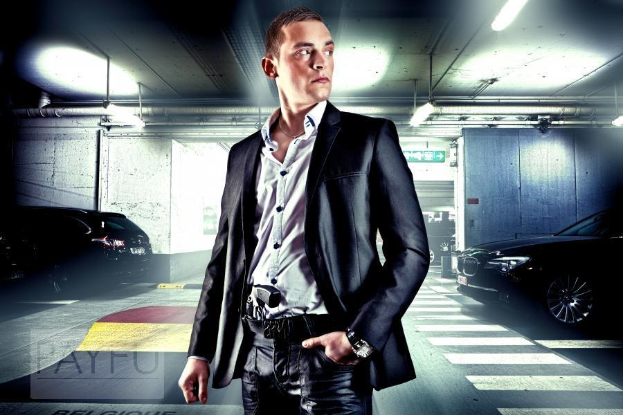 Cet homme, dans ce parking, est-il flic ou bien gangster ?