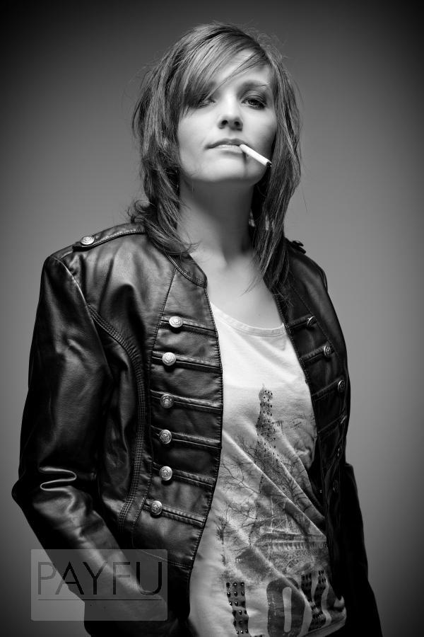 femme fiona mode rock attitude cigarette noir et blanc