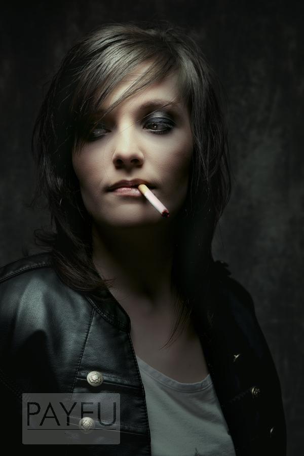 Femme fiona cigarette rock attitude et bouson noir